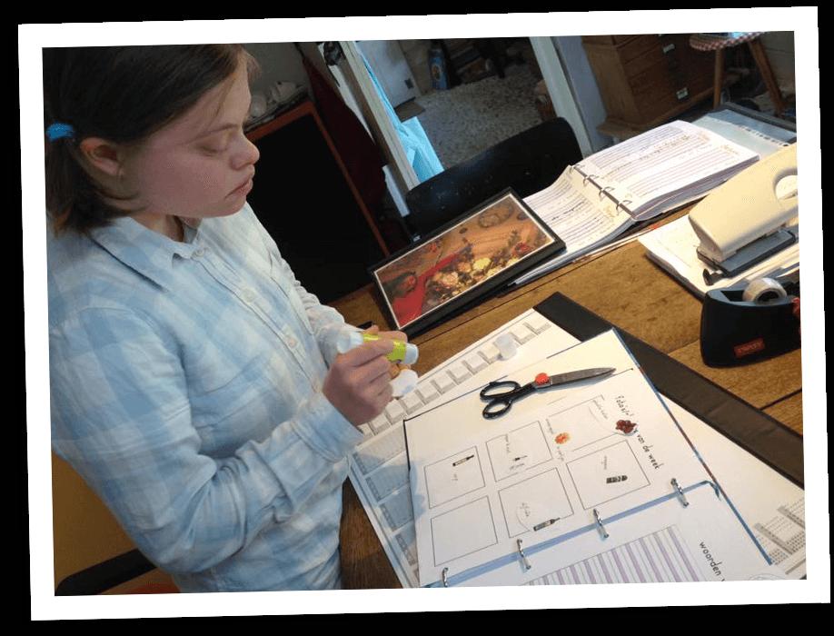 leerling-knutselt-in-agenda